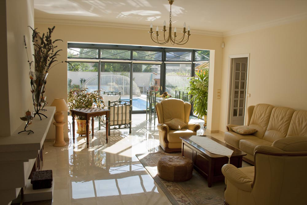 un salon largement ouvert les v randas du golf. Black Bedroom Furniture Sets. Home Design Ideas