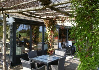 une-large-terrasse-de-restaurant-3