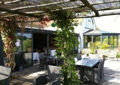 une-large-terrasse-de-restaurant-4