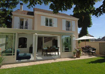 une-veranda-qui-couvre-une-large-terrasse-1