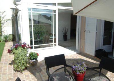 une-veranda-qui-couvre-une-large-terrasse-2