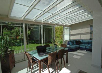 une-veranda-qui-couvre-une-large-terrasse-3