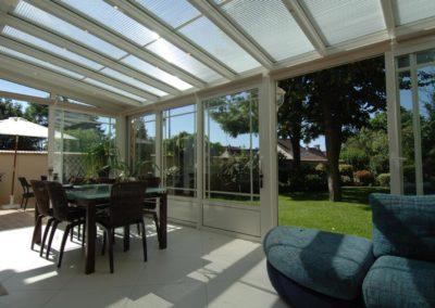 une-veranda-qui-couvre-une-large-terrasse-6
