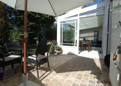 une-veranda-qui-couvre-une-large-terrasse-7