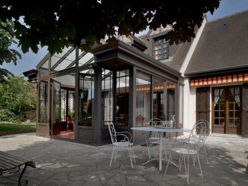 Une Villa Véranda en avancée sur une terrasse